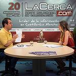 Juan Ramón Crespo, coordinador regional de IU en Castilla-La Mancha, junto a la periodista Miriam Martínez