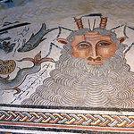 La Villa Materno, de la que se conservan veinte habitaciones, destaca por su rica colección de mosaicos.