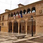 Edificio del ayuntamiento de El Bonillo, con noble fachada de dos arquerías superpuestas.