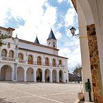 Vista del patio interior que alberga el Santuario de la Virgen de Cortes.