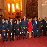 Sus Majestades los Reyes junto con las autoridades asistentes al acto en el interior de la Catedral