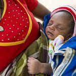 Bebe africano con su madre. Foto: ACNUR.