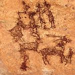 Imagen de unas pinturas donde se aprecian figuras de animales y humanas, junto a un grupo de arqueros.