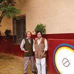"""Samuel Flores, junto a su hijo Carlos, en la plaza de toros donde realizan las tientas situada en la finca """"El Palomar""""."""