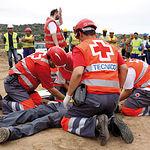 Siempre al servicio de la ciudadanía; en la imagen técnicos de Cruz Roja prestando auxilio a un obrero tras un accidente.