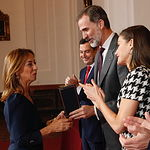 Don Felipe entrega el premio, concedido a título postumo a Dámaso González Carrasco, a Felisa Taruella su viuda. © Casa de S.M. el Rey