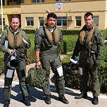 El coronel Orlando Fernández, junto a otros dos pilotos de la Base de Albacete, antes de emprender un vuelo rutinario.