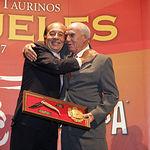 """La pasada edición de los Premios SAMUELES, Daniel Martínez entregó a Samuel Flores uno de los trofeos como ganador del Premio al """"Toro más Bravo"""" de la Feria Taurina de Albacete 2007."""