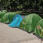 """En el Paseo del Prado de Madrid, frente al Ministerio de Sanidad y el Museo del Prado está asentado este campamento de personas en situación, según ellos mismos indican, de """"desamparo"""", en busca de un compromiso por parte de la Administración."""