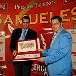 VI Premios Samueles - De izq. a drcha., Pedro Martínez, hijo del ganadero Pedro Martínez Pedrés, y Manuel Serrano, concejal de Asuntos Taurinos del ayuntamiento de Albacete.