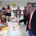 Alberto Rojo votando. 26 M.