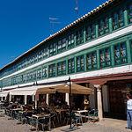 Plaza principal en la localidad de Almagro, con sus clásicas casas de ventanas pintadas de verde.