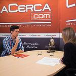 Rafael Hernández, candidato por la provincia de Albacete al certamen Mister Internacional España, junto a la periodista Miriam Martínez