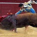 Miguel Ángel Perera en su primer toro.