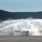 """En la imagen, los bomberos del aeropuerto de Ciudad Real hacen el """"bautizo de agua"""" al avión TRJ 55 de Air Nostrum procedente de Barcelona que fue el primer avión comercial que aterrizó en el aeródromo manchego el 19-12-08."""