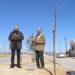 """Momento de la lectura del poema """"Monumento"""" de Tom Wintringham en Madrigueras (Albacete)"""