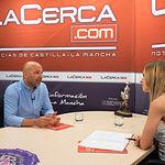 José García Molina, vicepresidente de las Cortes de Castilla-La Mancha y secretario general de PODEMOS en Castilla-La Mancha, junto a la periodista Miriam Martínez, en la entrevista realizada en La Cerca TV.