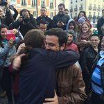 Alberto Iglessias y Pablo Iglesias se abrazan este 9 de mayo en la Puerta del Sol de Madrid tras el preacuerdo alzanzado. Foto: Podemos.
