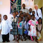 El Padre Ángel junto a unos niños y su educador en el Centro de Día Cotonou de la ciudad de Benin.