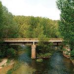 Puente de San Pedro, en Zaorejas, donse se encuentra el museo de gancheros y el Cento de Interpretación del Alto Tajo.