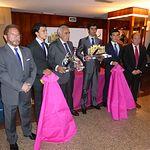 El Club de Abonados de la Plaza de Toros de Albacete entregó este viernes, 4 de abril, sus trofeos corresondientes a la Feria de Albacete 2013. En la imagen, junto a otros premiados y representantes del Club de Abonados Taurinos, Miguel Ángel Perera y Daniel Ruiz.