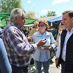 Serrano visita el mercadillo de Aguas Nuevas y destaca las posibilidades de desarrollo de la entidad albaceteña