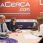 Francisco Pérez, presidente de Cruz Roja en Albacete, y Emilia Lara, presidenta provincial de Cruz Roja en Albacete, junto a la periodista Miriam Martínez.