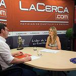 Daniel Martínez, coordinador regional de Izquierda Unida en Castilla-La Mancha, junto a la periodista Miriam Martínez.