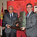 Trofeos Taurinos Feria de Albacete 2013 - El consejero de Educación, Cultura y Deporte, Marcial Marín, entrega el trofeo al ganadero Daniel Ruiz.