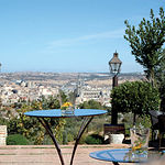 En algo más de cuatro hectáreas, en el Cigarral se cultiva Syrah, Merlot, Cencibel o Tempranillo, Cabernet Sauvignon y Pinot Noir. En la imagen, vista de Toledo desde el Cigarral de Santa María, propiedad de Adolfo Muñoz.