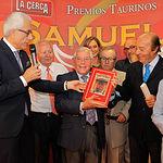Pepe Osuna entrega un libro único hecho a mano dedicado a la ganadería Samuel Flores al propio ganadero en la Gala de Entrega de los X Premios Taurinos Samueles, pertenecientes a la Feria Taurina de Albacete 2015