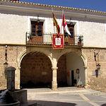 Fachada del ayuntamiento de Letur, del siglo XVI, ubicado sobre dos arcos renacentista, con una balconada castellana.