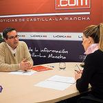 José Juan Fernández, presidente de la Red Castellano-manchega de Desarrollo Rural (RECAMDER), junto a la periodista Miriam Martínez.