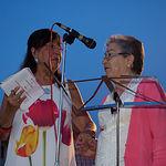 La periodista y presentadora del acto, Natividad Gómez Redondo (i), junto a Pilar Jiménez, una de las socias homenajeadas durante las Fiestas del Barrio Sepulcro-Bolera.