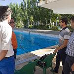 El alcalde de Albacete, Javier Cuenca, durante su visita a la piscina municipal.