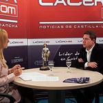 Imagen de archivo de Emiliano García-Page junto a Miriam Martínez en una entrevista en La Cerca TV.