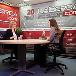 Carmen Picazo, portavoz del Grupo Ciudadanos en las Cortes de Castilla-La Mancha, junto a la periodista Carmen García. Foto: Manuel Lozano García / La Cerca