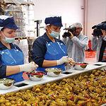 Imagen de una fábrica de elaboración de la Berenjena de Almagro en su proceso de aliño.
