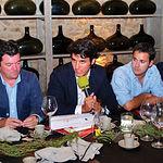 Ignacio de Miguel (i), junto a bodegueros de la Región en una mesa redonda sobre la OCM del vino en Albacete.