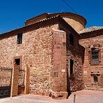 La iglesia más antigua de Alcázar es Santa María La Mayor, convertida en parroquia en 1226, en ella se cree que fue bautizado Miguel de Cervantes. En la imagen, la Iglesia junto a una efigie del escritor sita en la plaza contigua a la Iglesia.