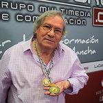 Manuel Gerena, cantautor flamenco, con sus Medallas de Oro de la provincia de Sevilla y de la Comunidad Autónoma de Andalucía.