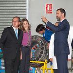 SS.AA.RR. Los Príncipes de Asturias, D. Felipe y Dña. Letizia, junto a José González, director del Centro Integrado de Formación Profesional Aguas Nuevas.