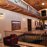 El interior de la bodega mantiene una decoración rústica y de calidad que se integra en el entorno.