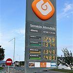 Gasolinera atendida por personal laboral. Foto de una gasolinera en Asturias.