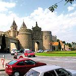 De carácter monumental, la nueva Puerta de Bisagra está formada por dos cuerpos intercalados por una plaza de armas.