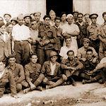 Brigadistas austríacos junto a un grupo de españoles en la localidad de Madrigueras (Albacete).