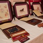 Obras pictóricas del pintor y catedrático de Bella Artes, Juan Miguel Rodríguez Cuesta; navajas artesanas grabadas con el nombre del premiado realizadas por el artesano-cuchillero Manuel Fernández; y placas conmemorativas.