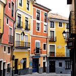 Las calles y edificios de Cuenca forman un típico paisaje urbanístico que da personalidad a la ciudad.