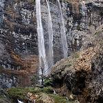 El nacimiento del Río Mundo origina en su caída una cascada de más de 100 m.