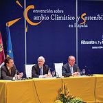 De (i) a (d), el secretario general para la Prevención de la Contaminación y el Cambio Climático del Ministerio de M.A.,  Arturo Gonzalo; el presidente de la JCCM, José María Barreda; y el entonces alcalde de Albacete, Manuel Pérez Castell.